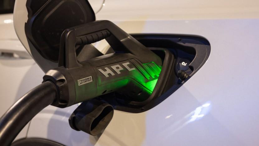 Elektroauto an der Ladesäule: Mit der Veränderung des Stromixes werden die Vorteile größer.
