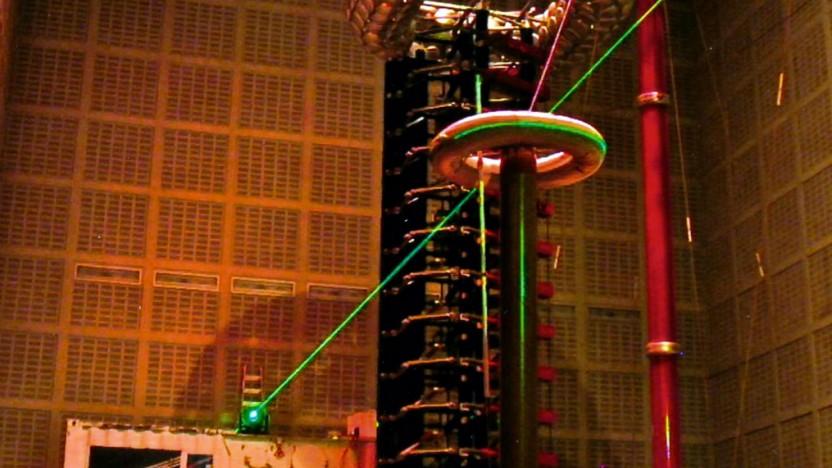 Im Labor wurde der Laser mit Blitzen aus Teslaspulen getestet.