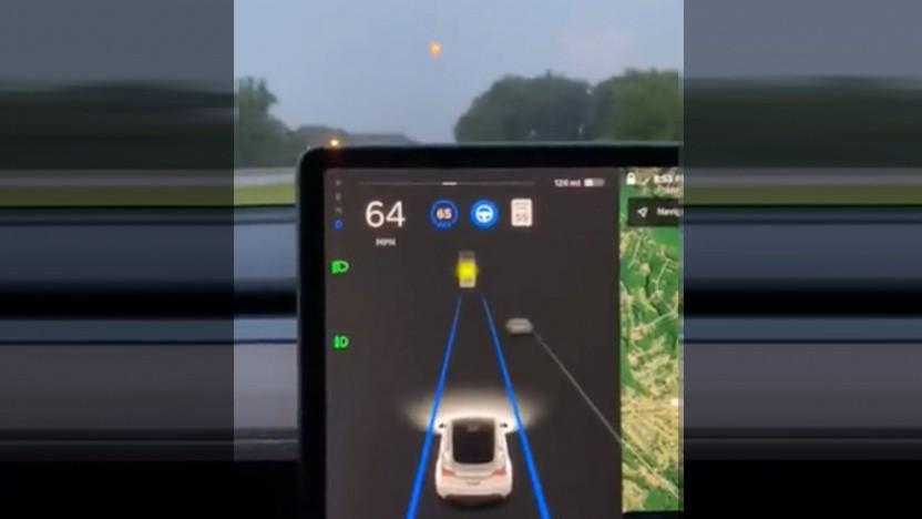 Tesla hält Mond für Ampel.