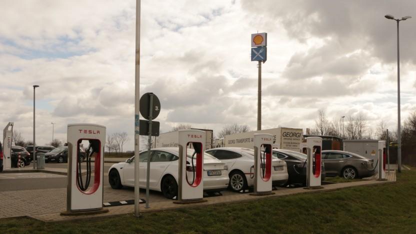 Die Supercharger von Tesla sind häufig schon gut belegt.