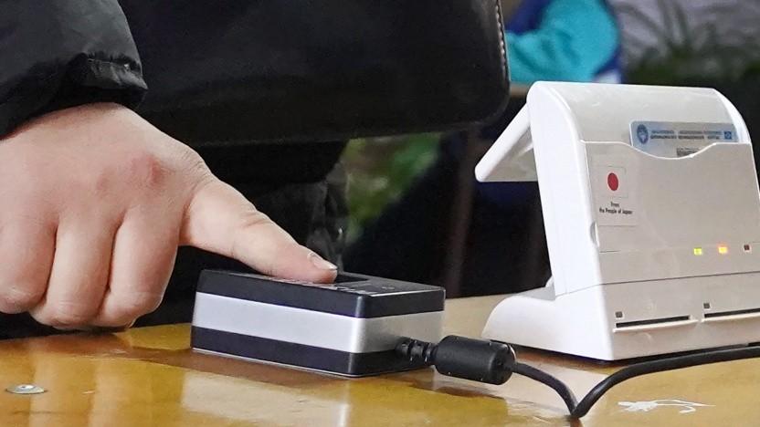 Die Abgabe von Fingerabdrücken ist nun auch bei Personalausweisen Pflicht.