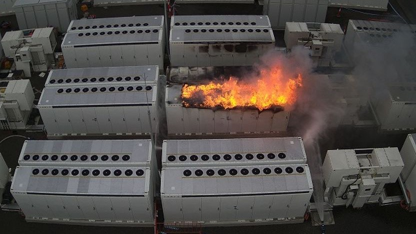 Brennendes Megapack in der Victorian Big Battery