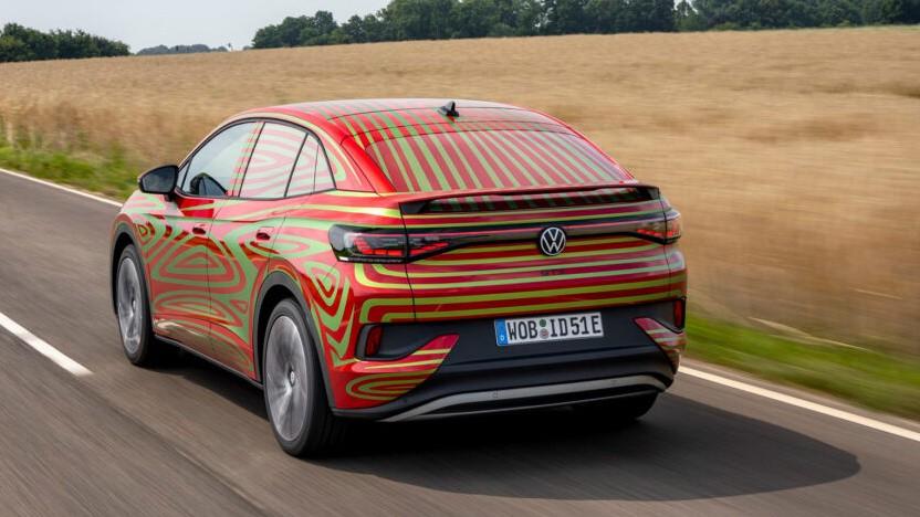 Der VW ID.5 GTX ist bislang nur mit Tarnlackierung zu sehen.
