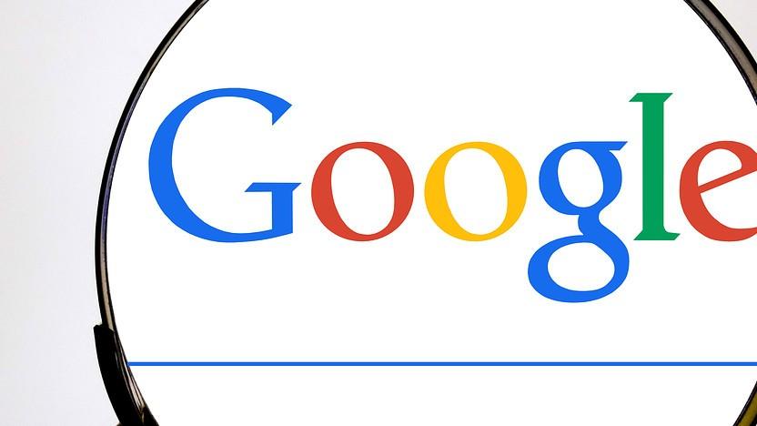 Google-Logo hinter einer Lupe
