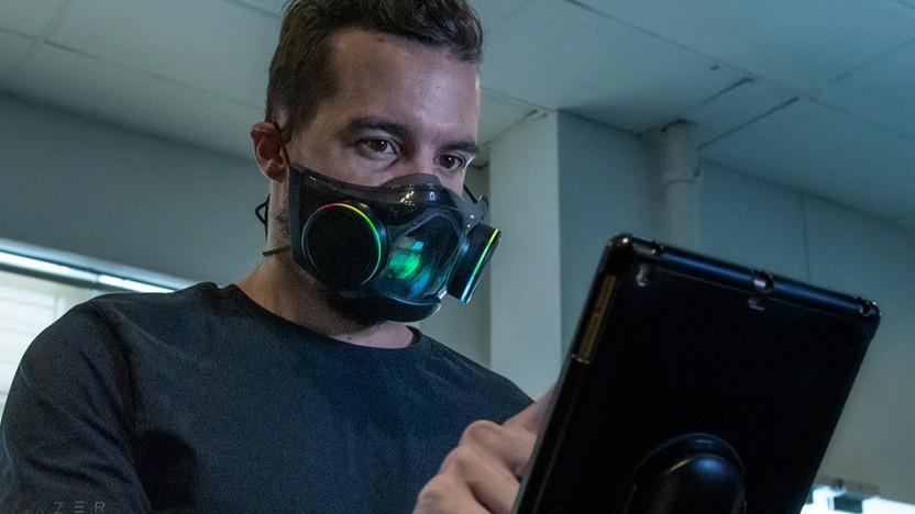 Ein Mann trägt die Zephyr-Gesichtsmaske.