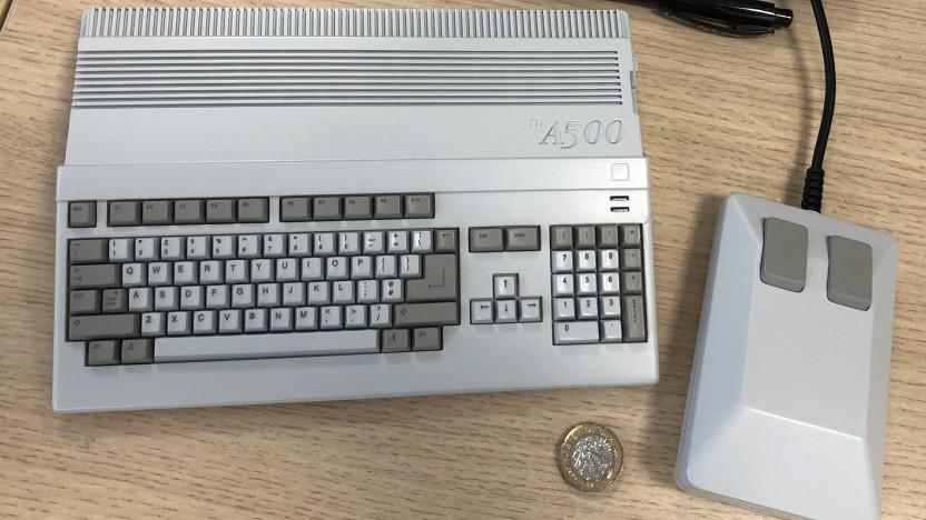 Prototyp des Amiga 500 Mini, zum Vergleich mit Euro-Münze