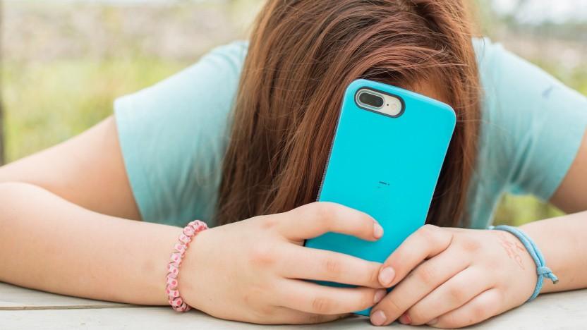 Jugendliche kleben viel am Samartphone.
