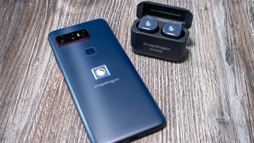 Qualcomms Snapdragon-Smartphone mit den beiliegenden Kopfhörern von Master & Dynamic