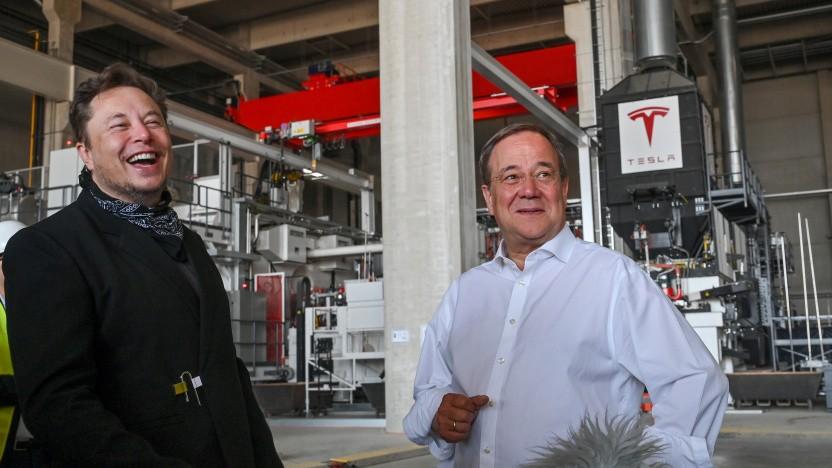 Der Besuch von Armin Laschet in der Tesla-Fabrik sorgt für Heiterkeit bei Elon Musk.
