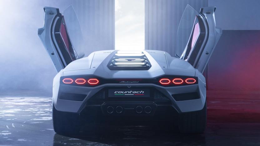Der neue Lamborghini Countach mit geöffneten Türen