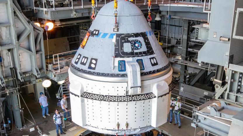 Der CST-100 Starliner bei der Montage auf der Atlas-V-Rakete.