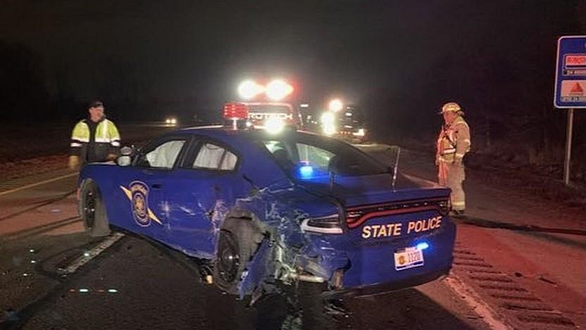 Beschädigter Streifenwagen nach einem Unfall mit einem Tesla.