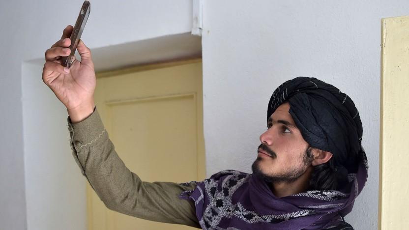 Taliban-Kämpfer mit Handy