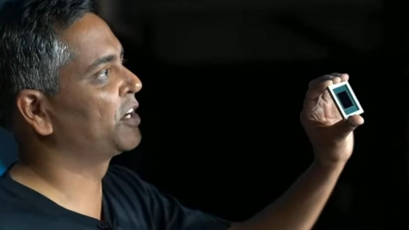 Ganesh Venkataramanan zeigt einen D1-Chip, von dem Abertausende im Dojo-Supercomputer stecken.