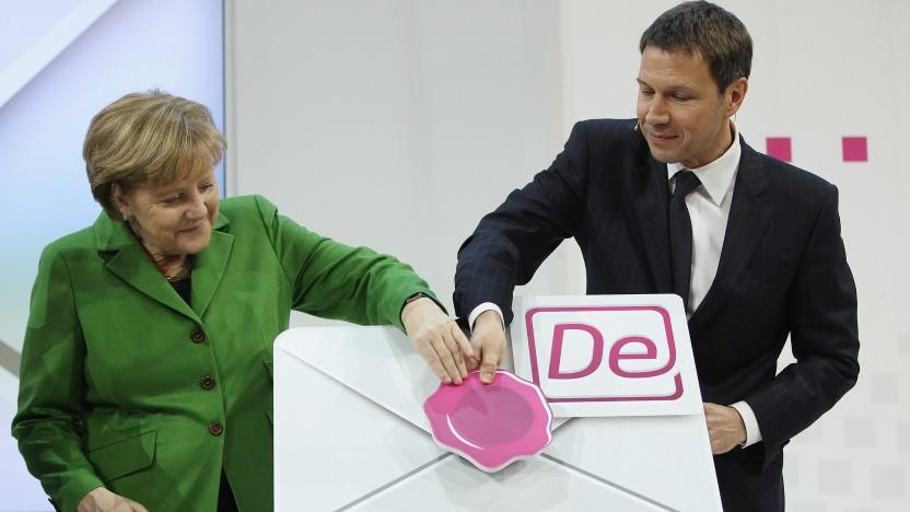 Bundeskanzlerin Angela Merkel (CDU) und der damalige Telekom-Chef René Obermann beim Start von De-Mail auf der Cebit 2012.