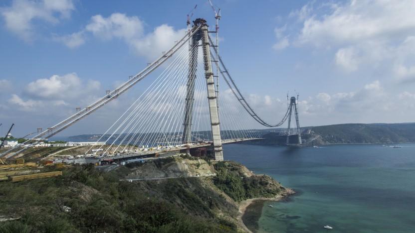 Die Verkleidung der Pfeiler der Yavuz-Sultan-Selim-Brücke besteht aus Carbonbeton.