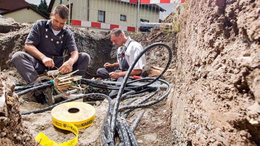 Arbeiter beim Glasfaserausbau der Telekom