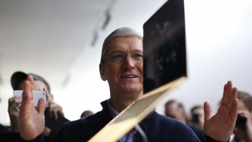 Apple-CEO Tim Cook bei der Vorstellung des Macbook Air - so schön dünn!