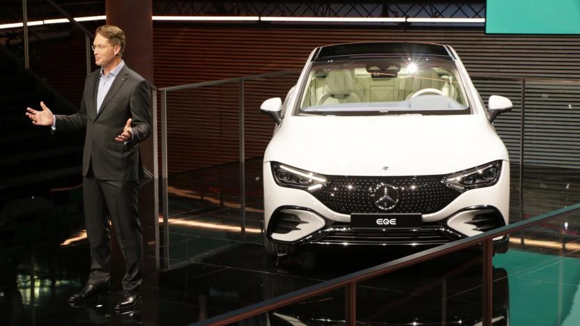 Daimler-Chef Ola Kalläenius präsentiert den EQE auf der IAA 2021.