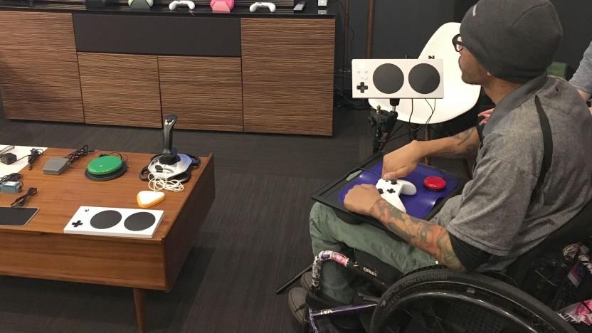 Ein Spieler testet Steuergeräte für Menschen mit Behinderung.