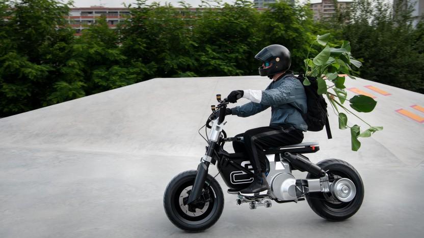 Zimmerpflanze im Rucksack, Skateboard unter den Füßen: So stellt sich BMW die jugendliche Fortbewegung von morgen vor.