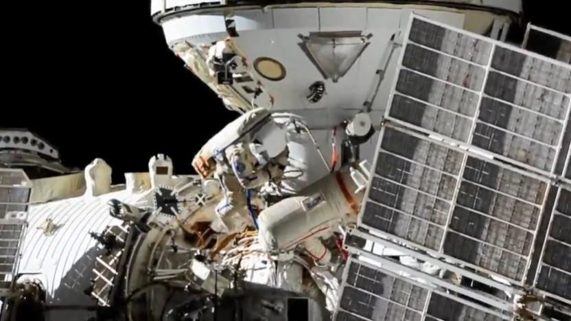 Die russischen Kosmonauten bei der Arbeit an Nauka
