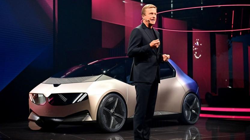BMW-Chef Oliver Zipse stellt das Konzept BMW i Vision Circular auf der IAA vor.