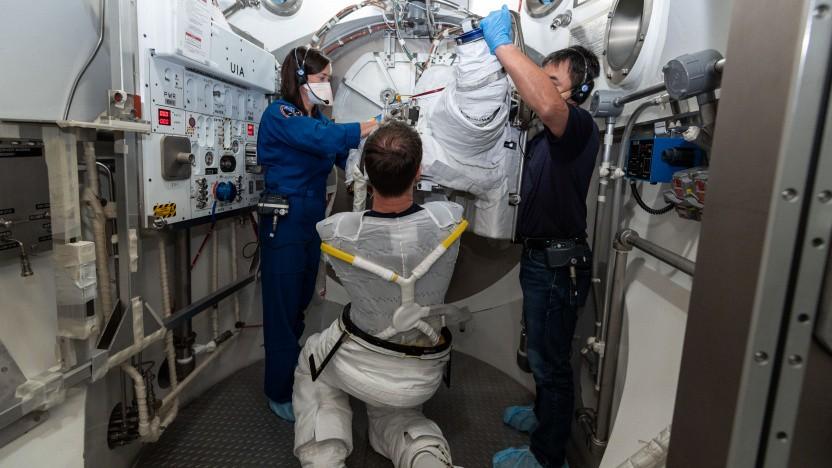 Ein Astronaut zieht seinen Weltraumanzug inklusive Unterwäsche für einen Weltraumspaziergang an.