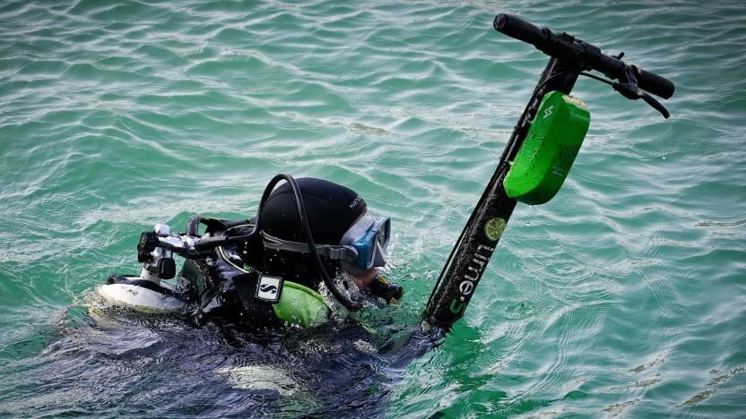 E-Scooter liegen nicht nur im Rhein: Ein Taucher fischt einen E-Scooter aus dem Meer.