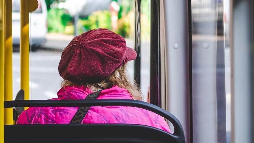 Dame im Bus