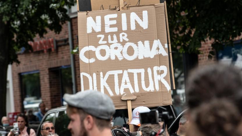 """Die Querdenker-Bewegung sieht sich in einer """"Corona-Diktatur""""."""