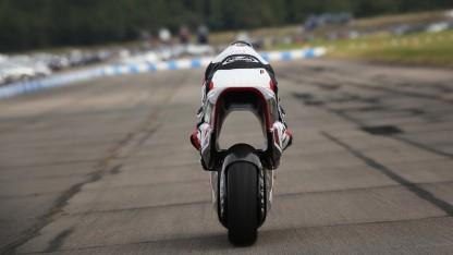 Venturi-Tunnel: Elektro-Motorrad mit Riesenloch auf der Teststrecke