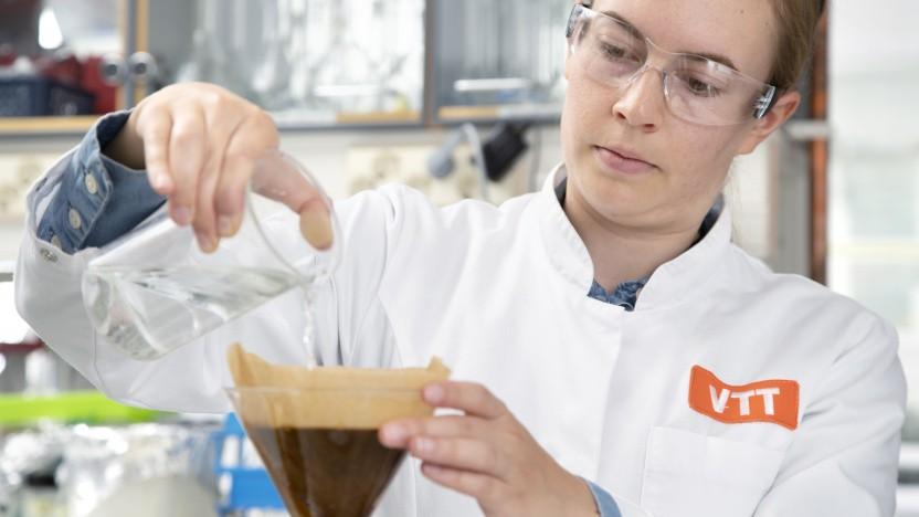 Die Labormitarbeiterin Elviira Kärkkäinen brüht den ersten im Labor gezüchteten Kaffee auf.
