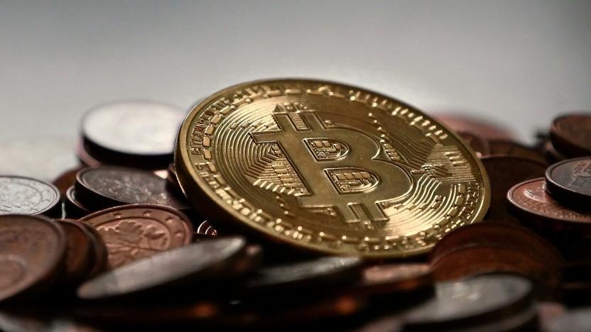 Ein Bitcoin verliert innerhalb kurzer Zeit deutlich an Wert.