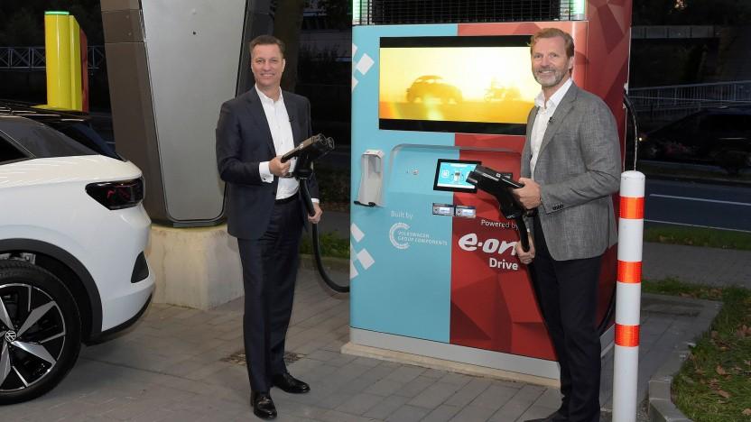 Thomas Schmall von Volkswagen (l.) und Patrick Lammers von Eon präsentieren den Drive Booster.