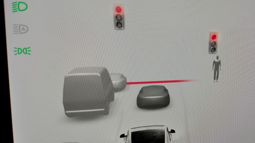 Die Tesla-Software zeigt inzwischen genauer die erkannten Verkehrsteilnehmer an.