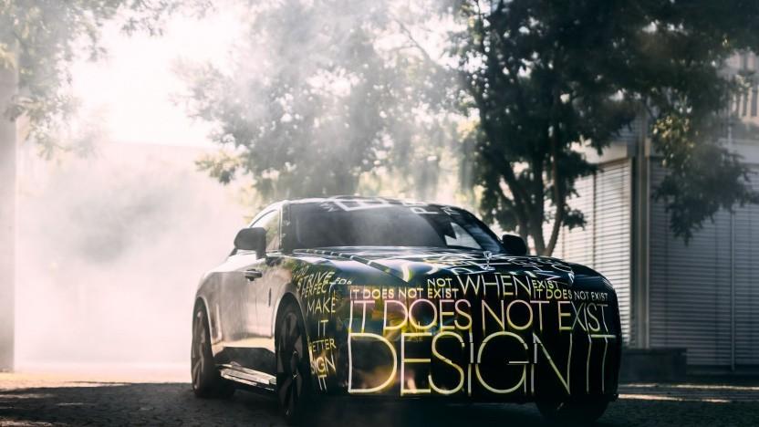 Verhüllt und ohne klar erkennbare Details: Der Rolls-Royce Spectre ist noch nicht fertig.