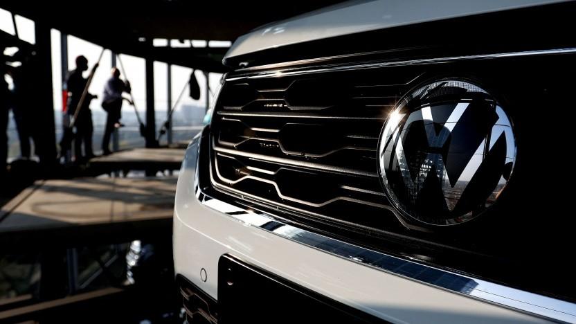 VW-Logo auf einem Fahrzeug in Wolfsburg