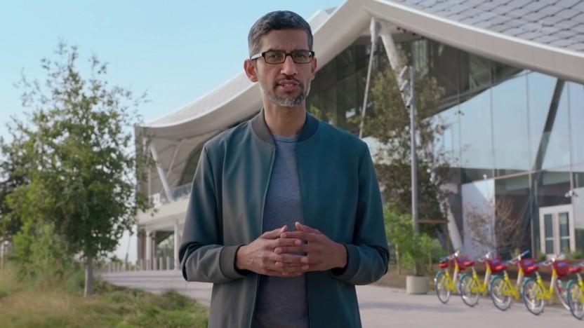 Sundar Pichai vor einem neuen Google Campus in Kalifornien, der seine Energie aus Solarzellen, Erdwärme und einem nahegelegenen Windpark erhält.