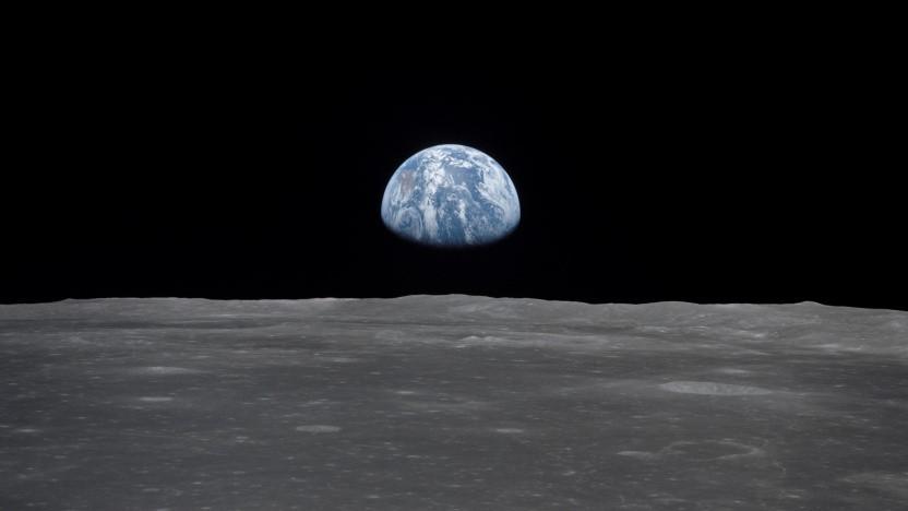 Bild der Apollo 11-Mission: Ansicht des Mondrandes mit der Erde am Horizont