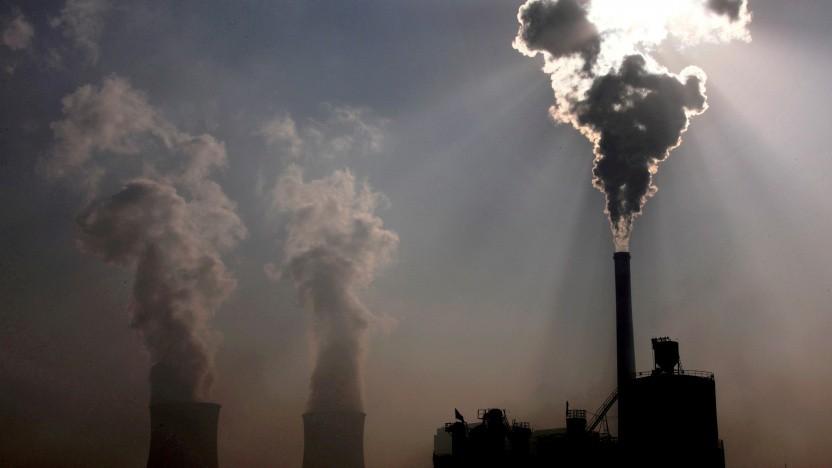 Ein Kohlekraftwerk hinter einer Fabrik in Baotou in der Inneren Mongolei