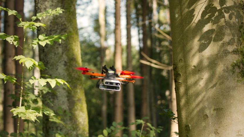 Die autonome Drohne fliegt mit 40 km/h durch den Wald.