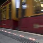 Smartphone-Zombies: Leuchtender Bahnsteig soll Handynutzer retten
