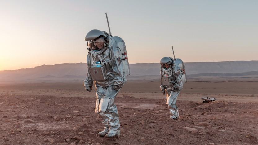 Zwei analoge Astronauten bei ihrem Spaziergang auf dem simulierten Mars