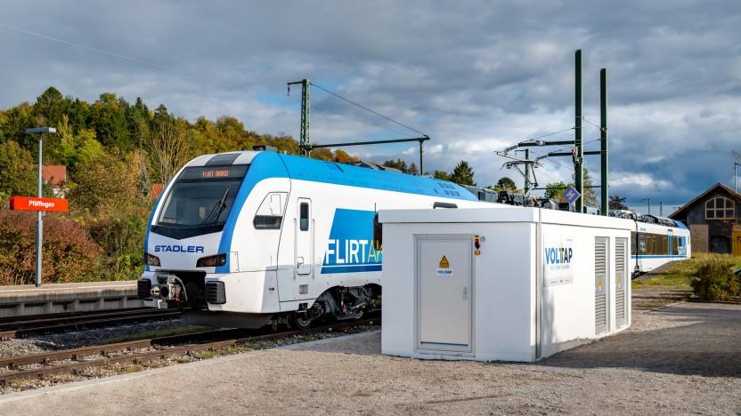 Ein Batteriezug an der Schnellladestation der Stadtwerke Tübingen.
