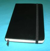Ein klassisches Moleskine-Notizbuch (Von M. Fister (Benutzer:schneids54) - selbst fotografiert, CC BY-SA 3.0, https://de.wikipedia.org/w/index.php?curid=1589210), Moleskine