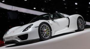 Hybridsportwagen Porsche 918 Spyder: Die ersten von Ferdinand Porsche konstruierten Autos fuhren elektrisch., Porsche