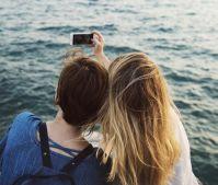CC0 (https://pixabay.com/de/telefon-halten-reisen-menschen-2237666/), Selfie