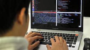 Auf der Suche nach einem Fehler in der Software (Bild: JUNG YEON-JE/AFP/Getty Images), Sicherheitslücke